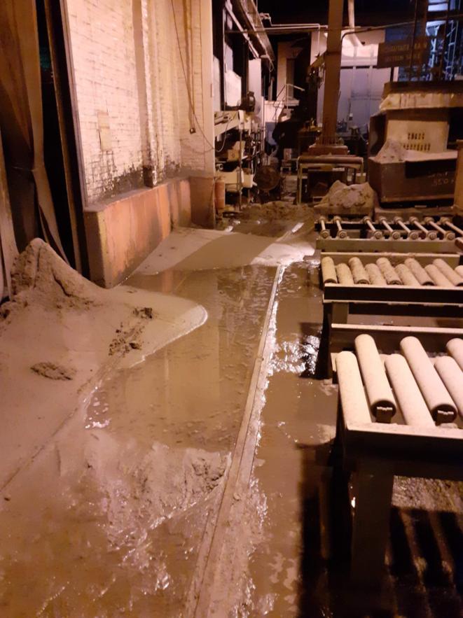 L'atelier : Un dépôt blanchâtre recouvre le sol à certains endroits
