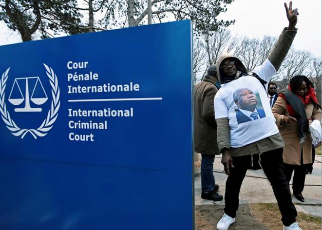 Un manifestant soutenant Laurent Gbagbo à l'extérieur de la CPI à La Haye le 1er février 2019. © REUTERS