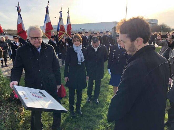 Bernard Laplace (à gauche) en décembre 2018, lors d'une cérémonie d'hommage au colonel Arnaud Beltrame, né à Etampes.