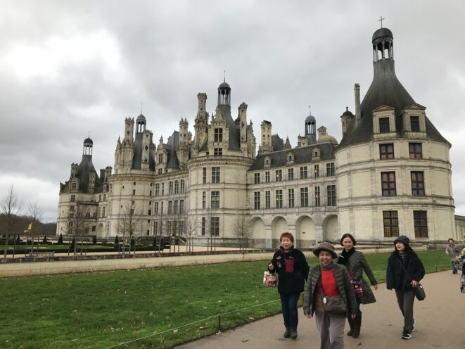 Tourists from Asia in front of the Château de Chambord in the Loire Valley. © JP