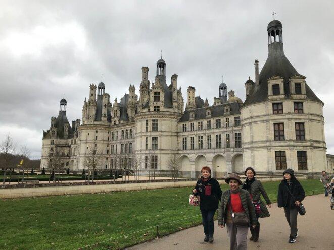 Des touristes asiatiques devant le château de Chambord. © JP