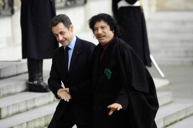 Nicolas Sarkozy et Mouammar Kadhafi, le 12 décembre 2007, sur le parvis de l'Élysée. © STEPHANE DE SAKUTIN/AFP