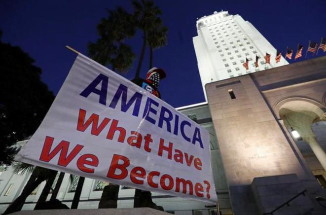 À Los Angeles, après l'acquittement de Trump par le Sénat. © Reuters