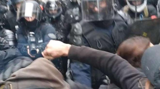 Extrait de la vidéo montrant un policier tirer à bout portant avec son LBD sur un manifestant, mobilisation contre la réforme des retraites, 9 janvier 2020, Paris. © Capture d'écran YouTube