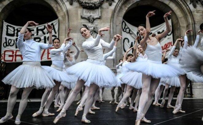 Devant l'Opéra de Paris