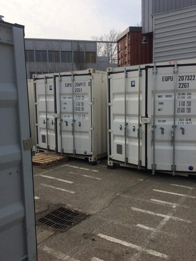 """Photographie des containers du """"centre d'accueil"""" / Janvier 2020."""