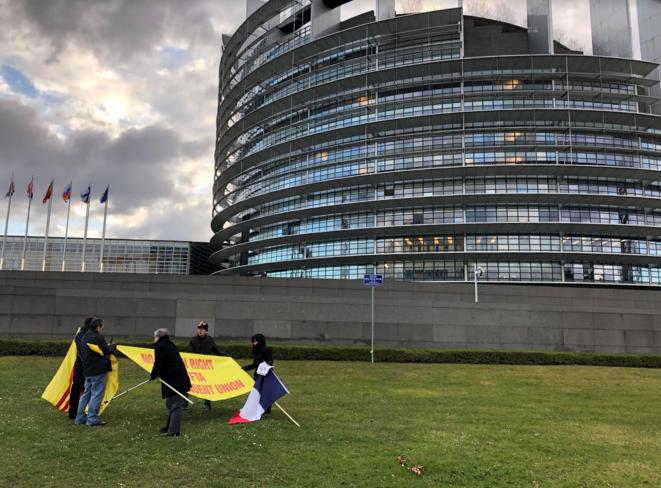 Des activistes vietnamiens à l'extérieur du Parlement européen, le 11 février. © LL