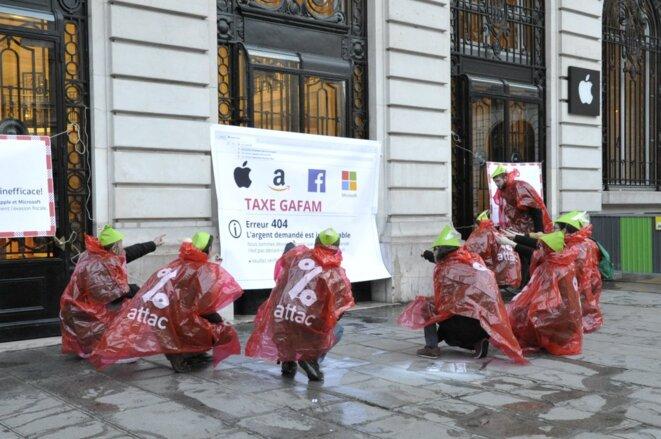 Action d'Attac devant l'Apple Store Paris Opera pour dénoncer l'inefficacité de la « taxe GAFA » © Attac France