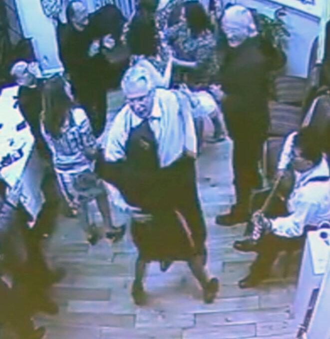 Fiesta à la mission diplomatique d'Équateur à Londres. Baltasar Garzón au centre, Andy Müller au fond à gauche (de la fondation allemande Wau Holland, qui a publié la vidéo source de cette image), John Pilger debout à droite. Julian Assange est absent.