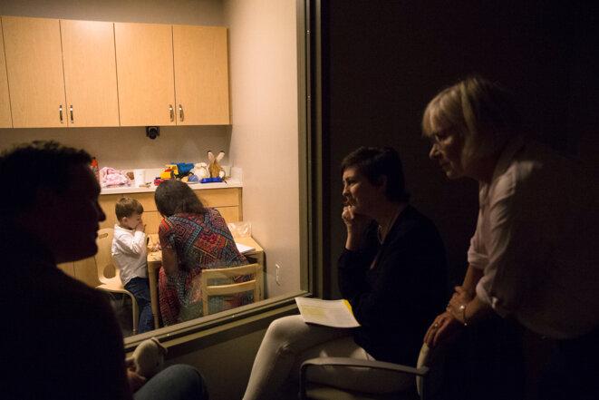 Expertise  Les praticiens discutent de ce qu'ils observent chez Owen avec son père. © Cristina Pye