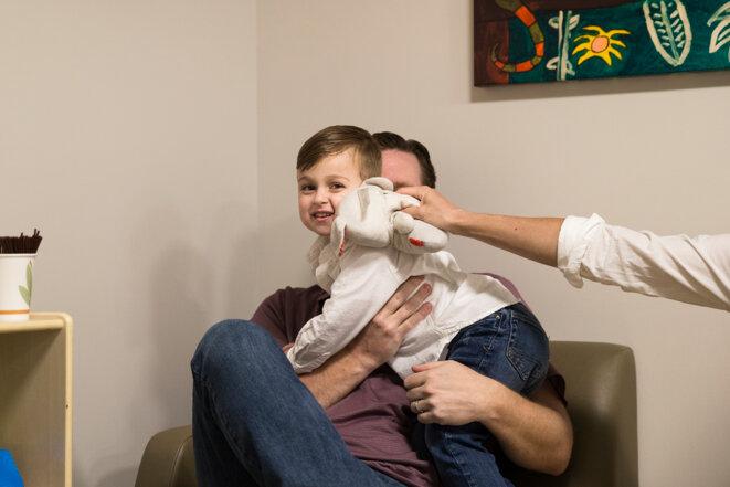 Dans la salle d'attente  Owen reçoit un bisou de la part de « Bearsie Wearsie ». © Cristina Pye