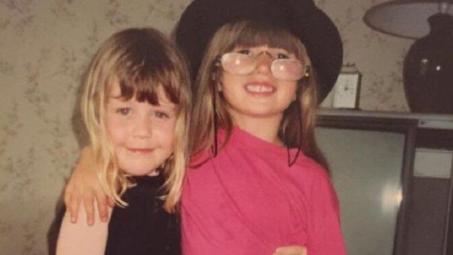 La jeune Eloïse et une amie - Elle a dit qu'elle avait des intérêts différents de ceux des autres enfants © Eloise Stark
