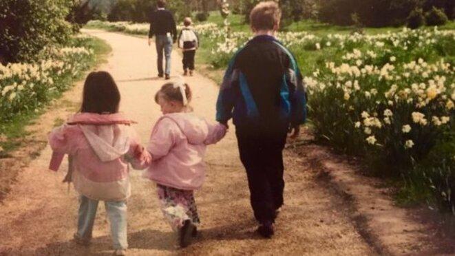 La jeune Eloïse avec deux autres enfants, tous dos à la caméra - Eloise, originaire de Bedford, dit que le fait d'avoir été diagnostiquée enfant l'aurait aidée à se comprendre © Eloise Stark