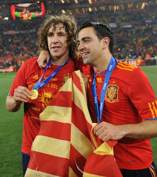 Carles Puyol et Xavi posant avec le drapeau catalan (seyenra) juste après leur sacre mondial | © Iconsport