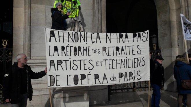 Palais Garnier à Paris, place de l'Opéra, tecinicien.e.s et artistes manifestant contre la réforme © Marjorie Milona