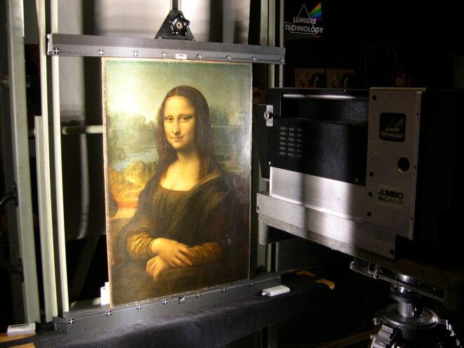 """""""La Joconde"""", posée sur le support de la caméra multi-spectrale de Pascal Cotte. © DR"""