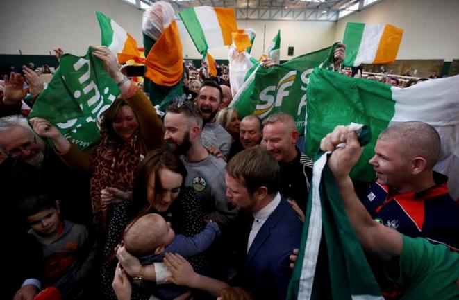 Des supporters du Sinn Féin à l'annonce des résultats à Cork le 9 février 2020. © Reuters