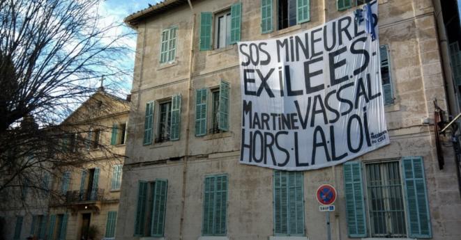 Une grande banderole a été déployée sur l'ancien couvent squatté, situé en face du conseil départemental. © Lisa Castelly/Marsactu