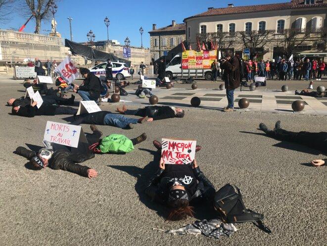 """Action des BlackProfs à Auch (Gers) le 20 février : """"Macron m'a tuer"""" [Photo YF]"""