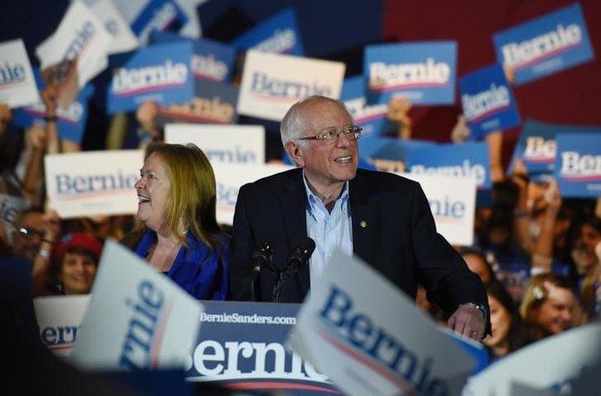 Bernie Sanders junto a su esposa Jane durante un mitin en San Antonio (Texas), el 22 de febrero de 2020. © Reuters