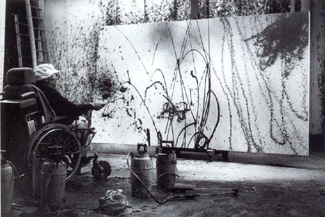 Hans Hartung peignant à la sulfateuse à vigne la toile ci-dessus, 1989, photographie André de Villers (© Fondation Hartung-Bergman)