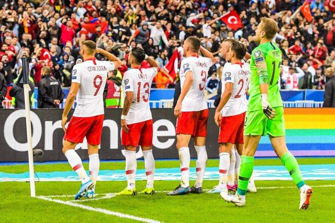Des joueurs de l'équipe nationale turque effectuant un salut militaire lors de leur match face à l'Equipe de France | © Iconsport