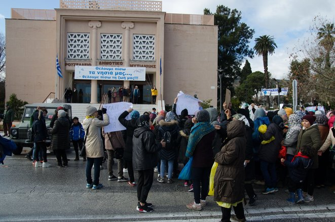 Femmes de Moria devant le théâtre municipal