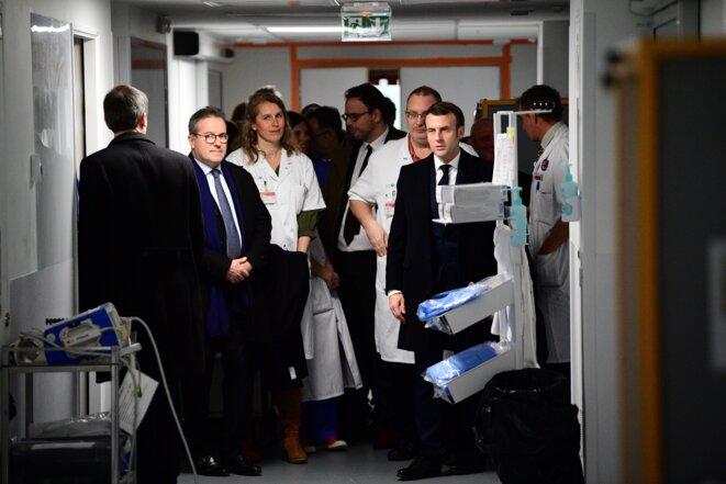 M. Macron à l'hôpital de la Pitié-Salpêtrière, jeudi 27 février. © Martin Bureau / POOL / AFP