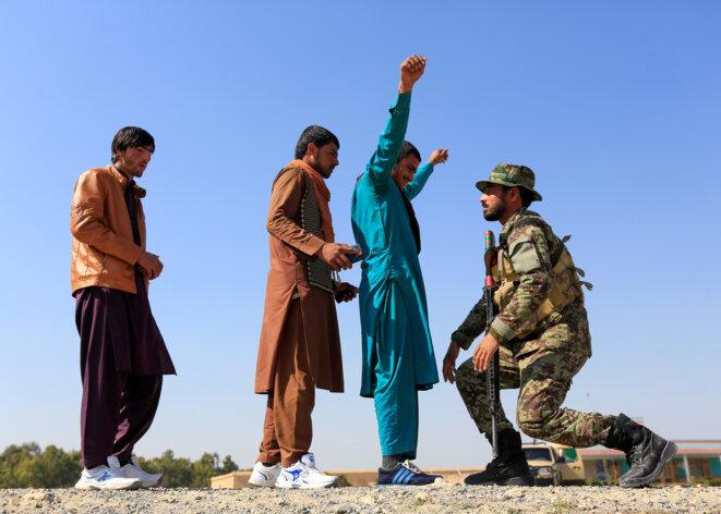 Un soldat afghan contrôle à un check-point dans la province de Nangarhar le 23 février 2020. © REUTERS