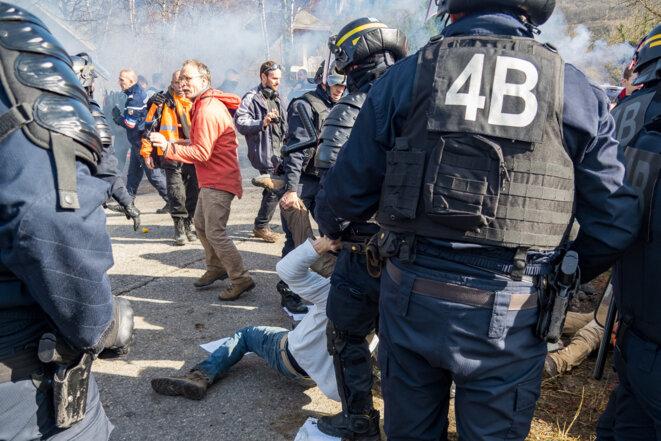CRS face aux manifestants non-violents © plbillot
