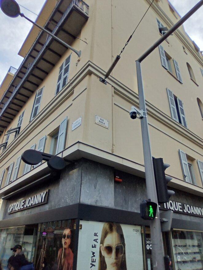 Vue rapprochée de la caméra angle avenue de la République et rue BARLA à Nice © Didier CODANI