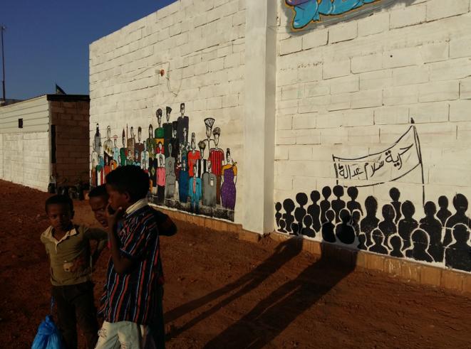 """Fresques à Oumdourman. Sur la banderole de droite, il est écrit : """"Liberté, paix, justice"""". © GL"""