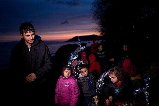 Une famille de réfugiés afghans sur une plage de Skala Sikamias (Grèce), le 1er mars. © Reuters