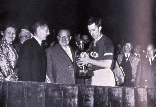 L'URSS nouvellement championne d'Europe (1960) recevant son trophée au Parc des Princes | © Iconsport