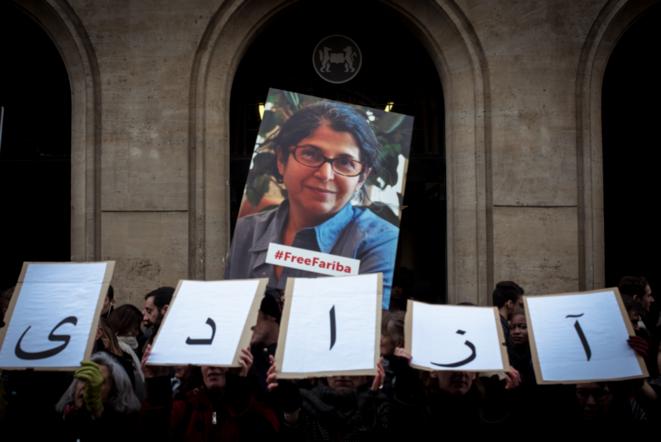 Mardi, devant Sciences-Po. Les lettres composent le mot « azadi », liberté en persan. © DR