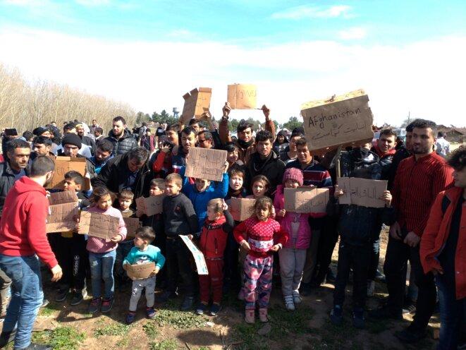 Un petit groupe de migrants manifeste aux cris de «Ouvrez la frontière» à Doyran, un hameau turc proche de la frontière grecque. © NC