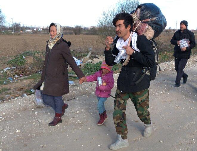 Une famille de migrants arrive en marchant aux abords du poste-frontière gréco-turc de Pazarkule. © NC