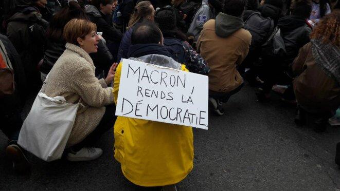 Manifestation contre le 49-3 à Paris le débat parlementaire confisqué par le gouvernement ne fait pas taire la rue © Marjorie Milona