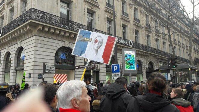 Manif du 3 mars contre le 49-3 à Paris on achève le débat démocratique parlementaire comme on achève le droit de manifester à coup de LBD © Marjorie Milona