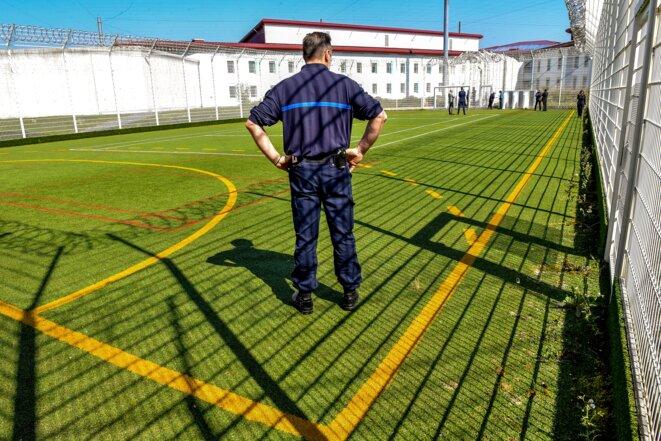 Un gardien de prison se dresse sur un terrain de sport du QER au centre pénitentiaire de haute sécurité de Vendin-le-Vieil, le 4 mai 2018. © Philippe Huguen/AFP
