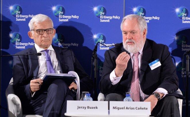 Le Polonais Jerzy Buzek (à gauche) et l'ancien commissaire européen à l'énergie, Miguel Arias Cañete, le 23 février 2016. © AFP