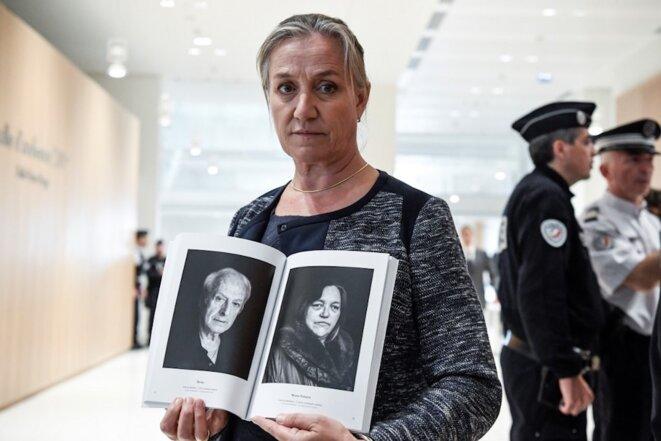 Septembre 2019. À l'ouverture du procès du Mediator, Irène Frachon pose avec un livre illustrant le combat des victimes du médicament de Servier. © Bertrand Guay / AFP