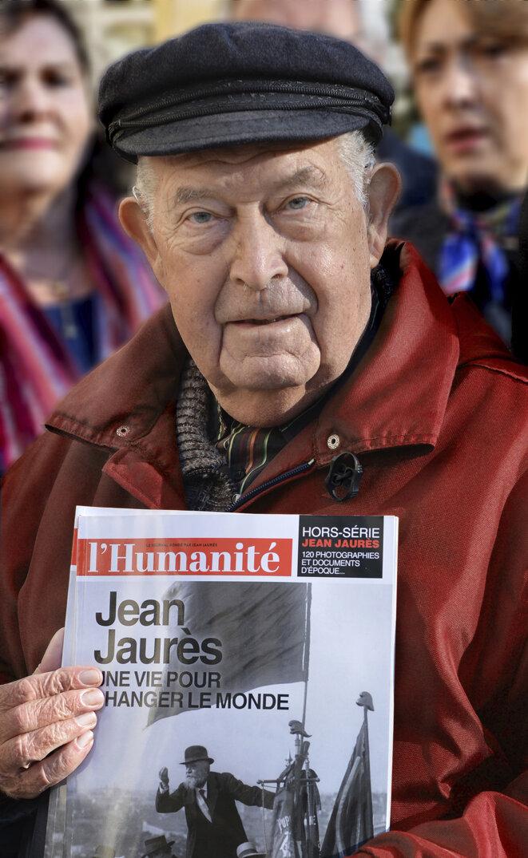 Roger Vuilleminot, le 11 novembre 2014. Quelle émotion, ce matin, au funerarium de Clamart, que de voir ce superbe portrait de Roger, avec ce titre « Une vie pour changer le monde »... qui dit tant de lui.