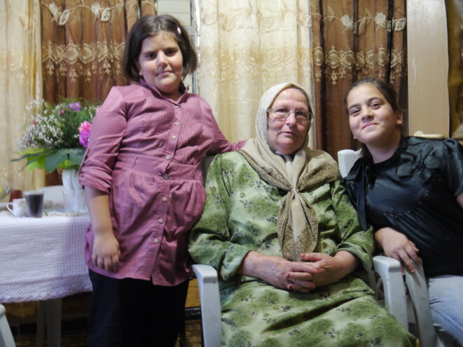 Leïla Jabbarine avec deux de ses petits-enfants © JC