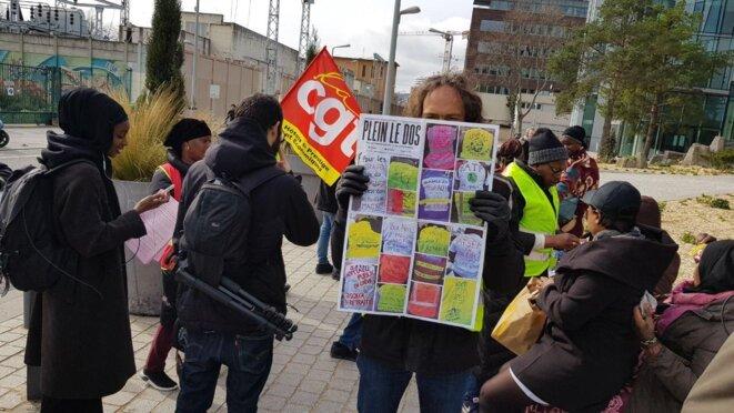 Remise de dons de 500 euros pour le collectif des femmes de chambres de l' Hôtel Ibis des Batignolles à Paris  en lutte pour la reconnaissance de leurs droits, conditions de travail déplorables, harcèlement moral et sexuel. © @BlueTouch00