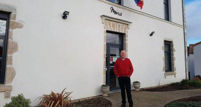 Benoît Couteau, le maire de Monnières en Loire-Atlantique, devant la mairie du village. © Antony Torzec