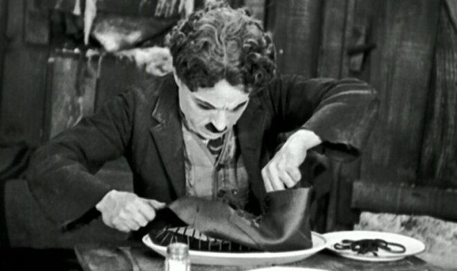 """Scène du film """"La ruée vers l'or"""" de Charlie Chaplin"""