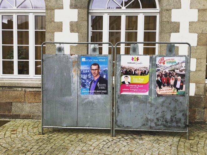 À Morlaix, affichage officiel avant le premier tour des élections municipales. © MJ