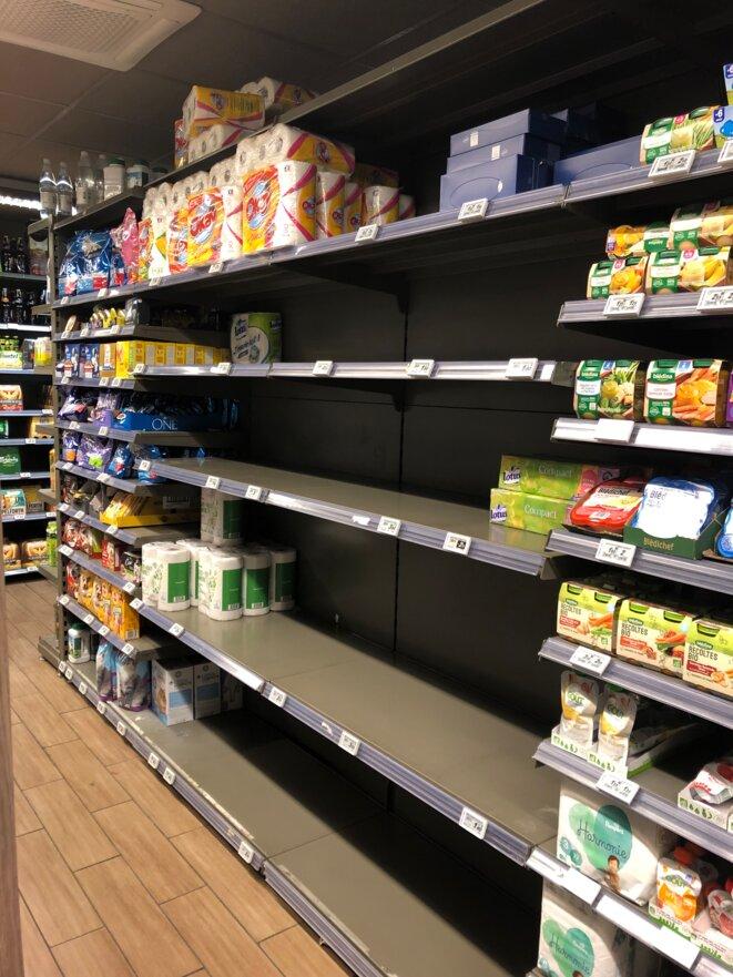 Un rayon de supermarché dédié au papier toilette vide, en banlieue parisienne. © DR