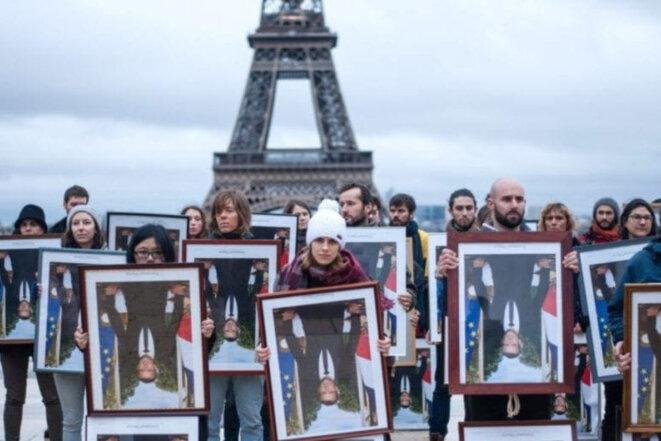 Le 8 décembre, à 100 jours des municipales, 100 portraits présidentiels décrochés dans toute la France étaient brandis à Paris devant la Tour Eiffel, symbole de la COP21 dont Macron ne respecte pas les engagements. © Baptiste Soubra